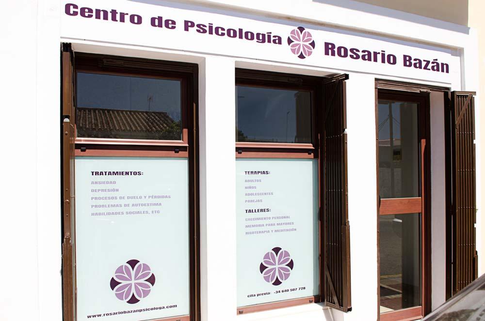 Centro de Psicología Rosario Bazán en Estepona, entrada fachada