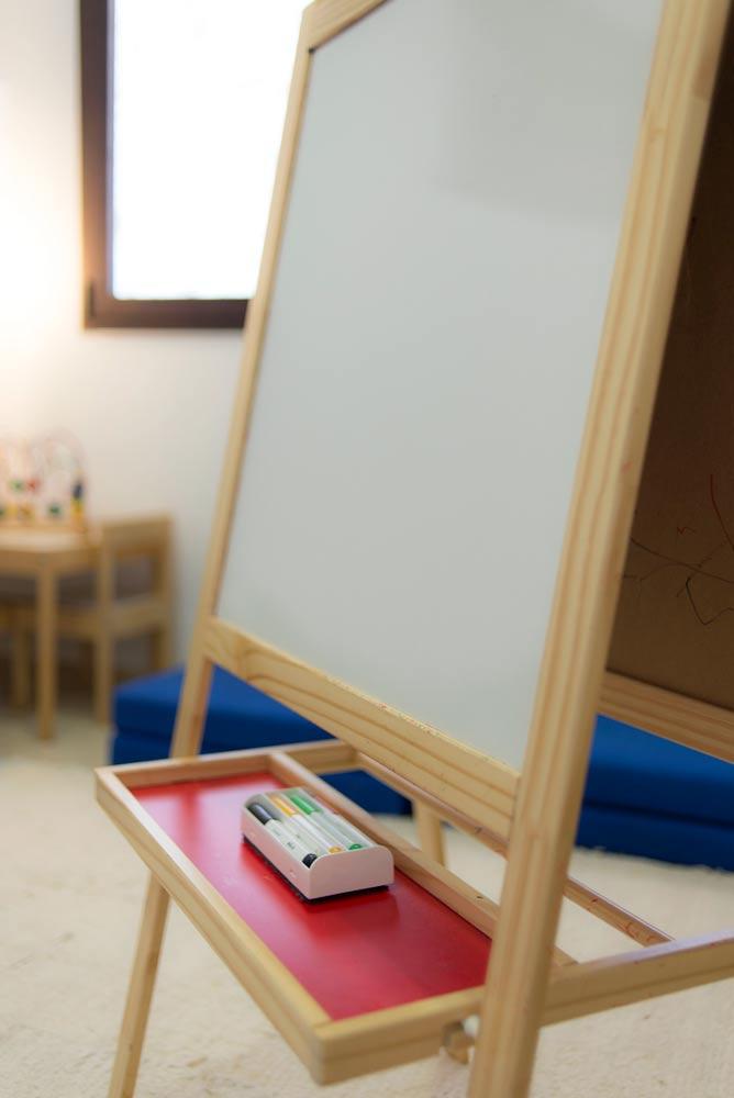 Centro de Psicología Rosario Bazán en Estepona, pizarra terapia infantil